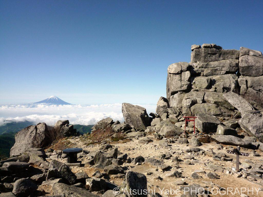 五丈岩と富士、そして雲海(金峰山)