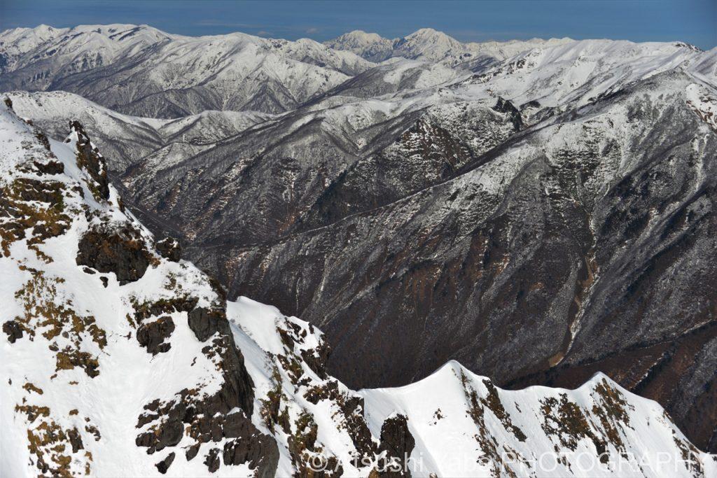 うっすらと雪化粧した山々