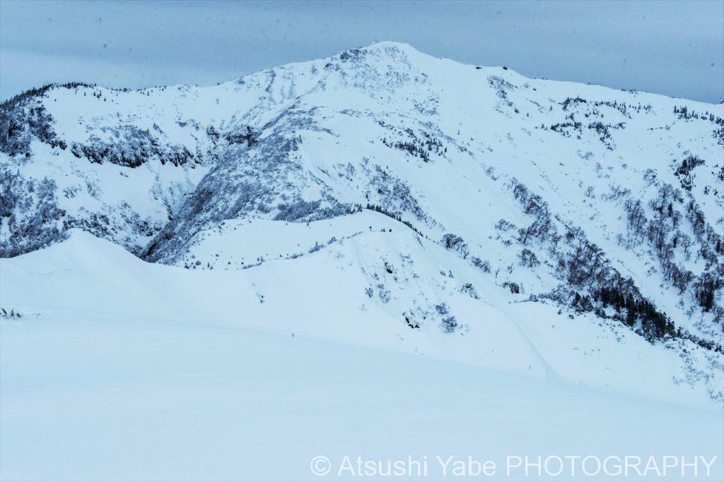 続いていく雪山
